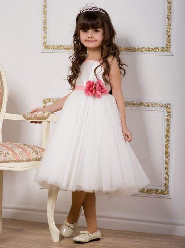 Белое платье с цветным бантом на выпускной в садике