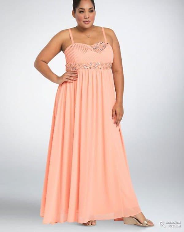 Персиковое платье в пол большого размера