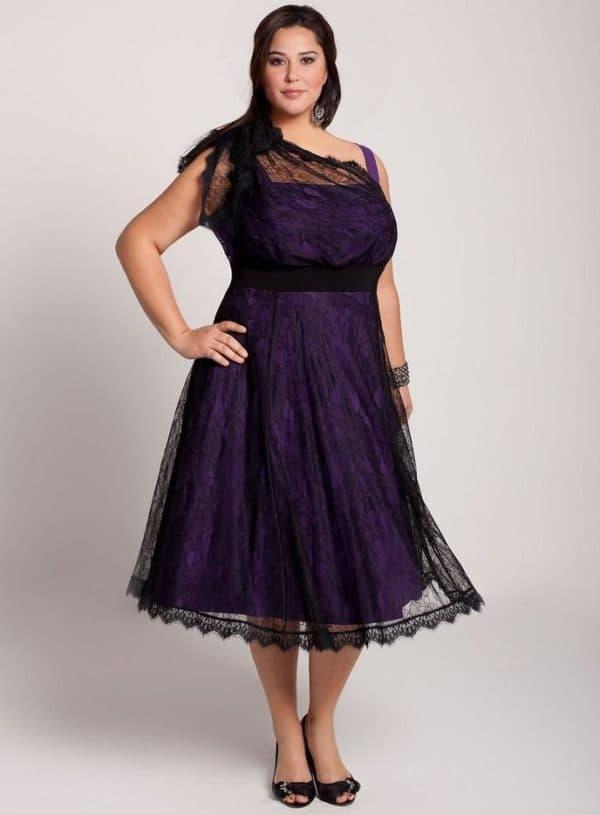 Фиолетовое платье из гипюра для полной девушки