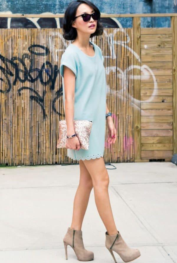 Светло голубое платье мини с чем носить