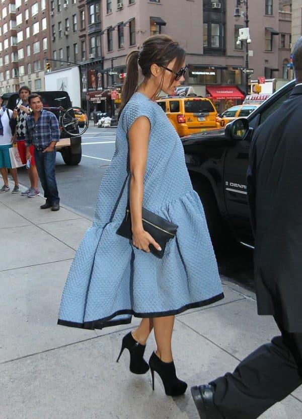 Прическа под голубое платье