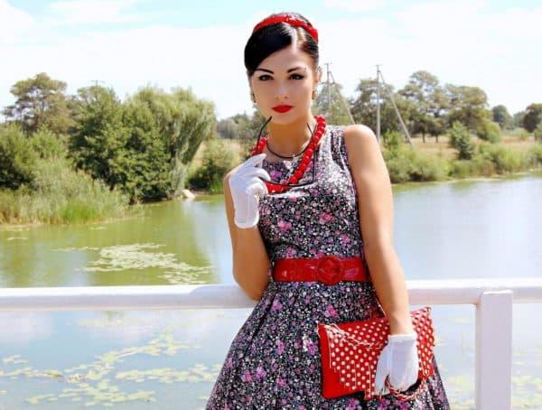Девушка в платье в стиле стиляг