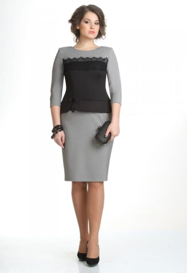 Строгое офисное платье для женщины после 50 лет