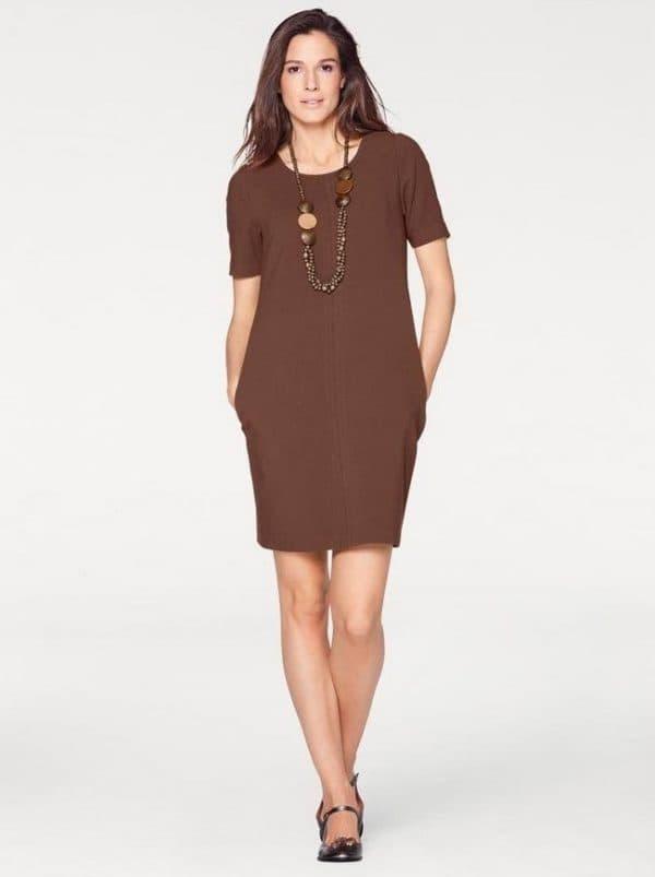 Коричневое платье в деловом стиле