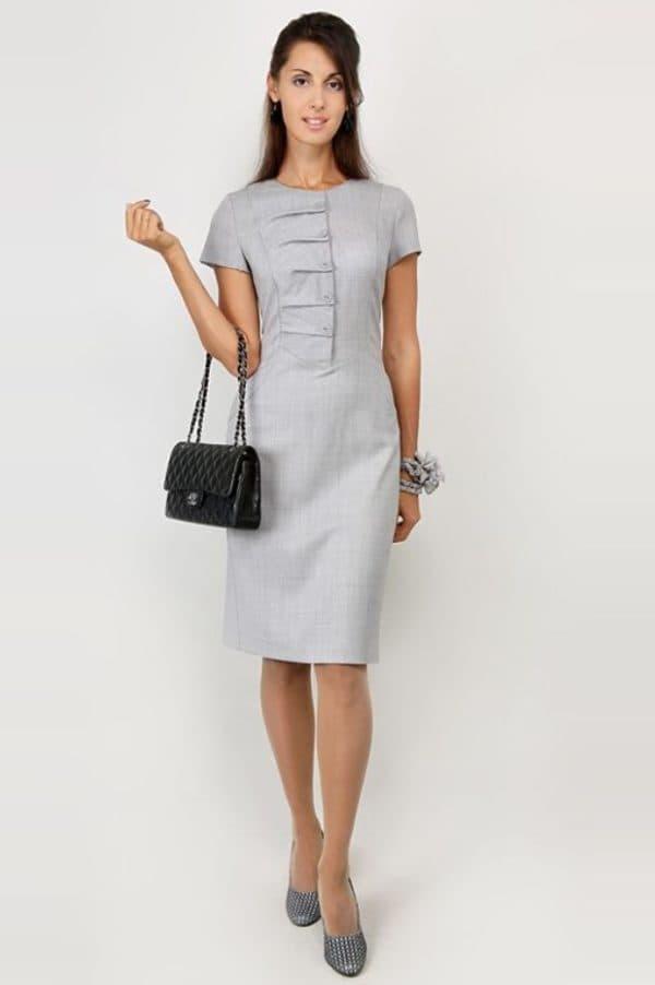 Серое офисное платье для женщин старше 50 лет